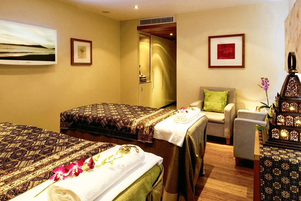 Double treatment room with two massage tables