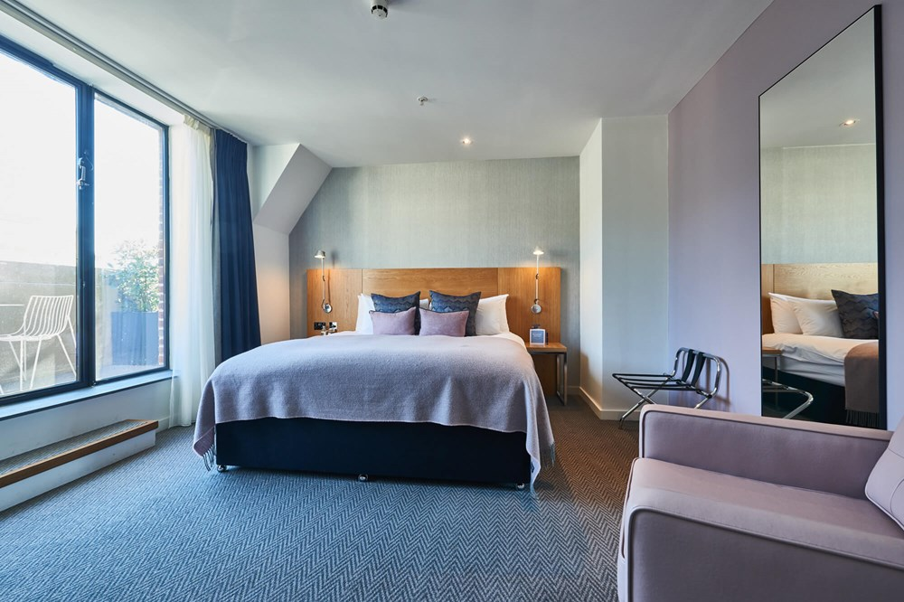 Deluxe Room with king-size bed and balcony at Apex City of London Hotel