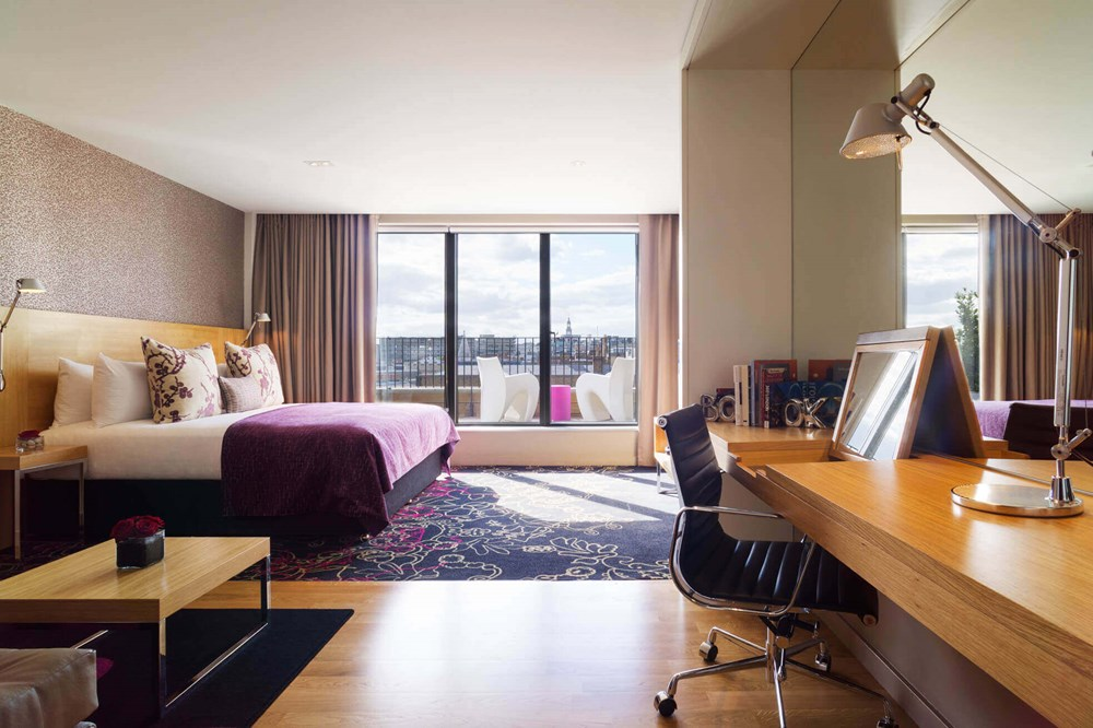 Deluxe Room with king-size bed, desk and floor-to-ceiling windows at Apex Temple Court Hotel