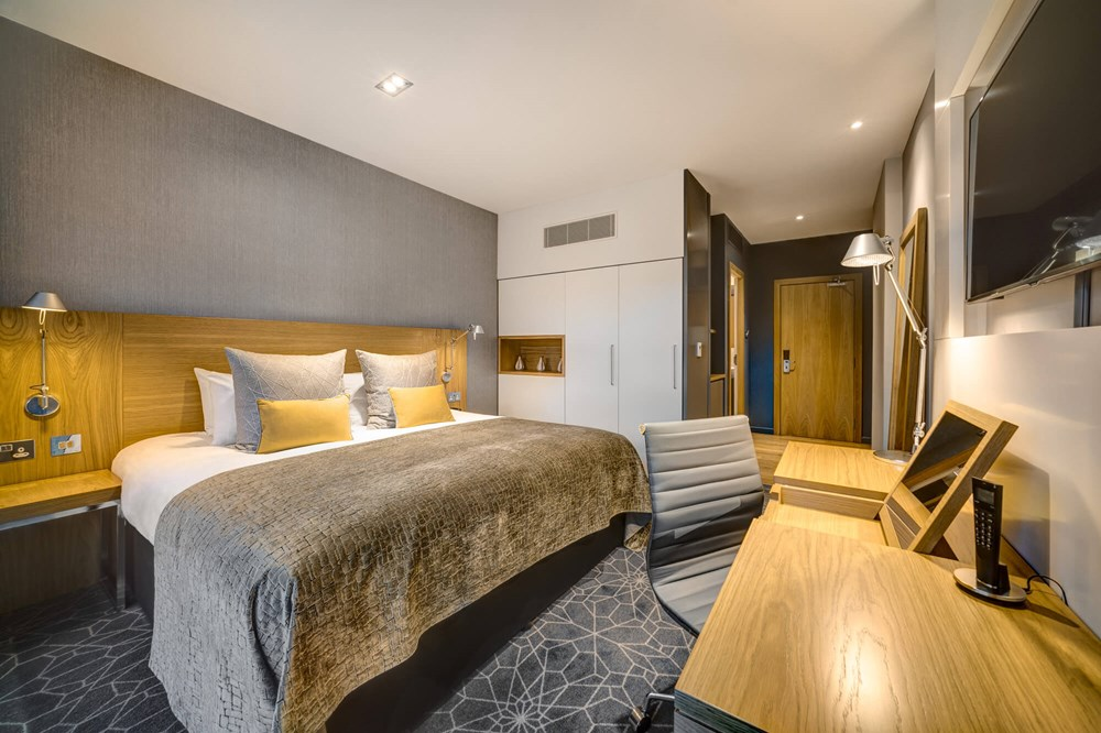 Standard Room with double bed and desk at Apex City of Glasgow Hotel