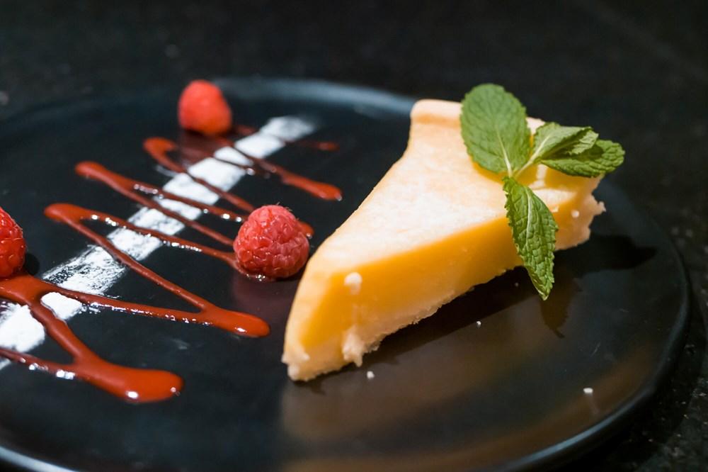 Lemon tart with raspberry coulis